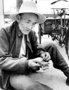 Bai Fang Li sedang menghitung pendapatannya
